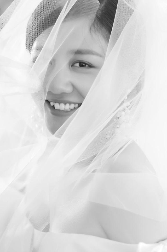 Văn Mai Hương tung ảnh cưới, chú rể giấu mặt khiến fan tò mò