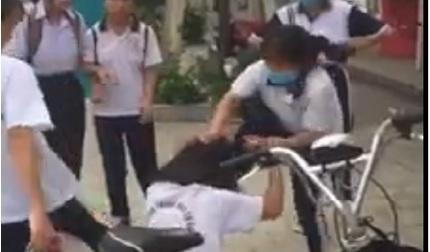 Nữ sinh cấp 2 bị nhóm bạn đánh tới tấp, một số đứng hò reo cổ vũ