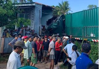 Tài xế bỏ trốn sau khi xe container mất lái đâm sập nhà dân