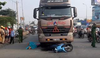 Cả gia đình đi xe máy bị container cuốn vào gầm khi va chạm tại ngã tư