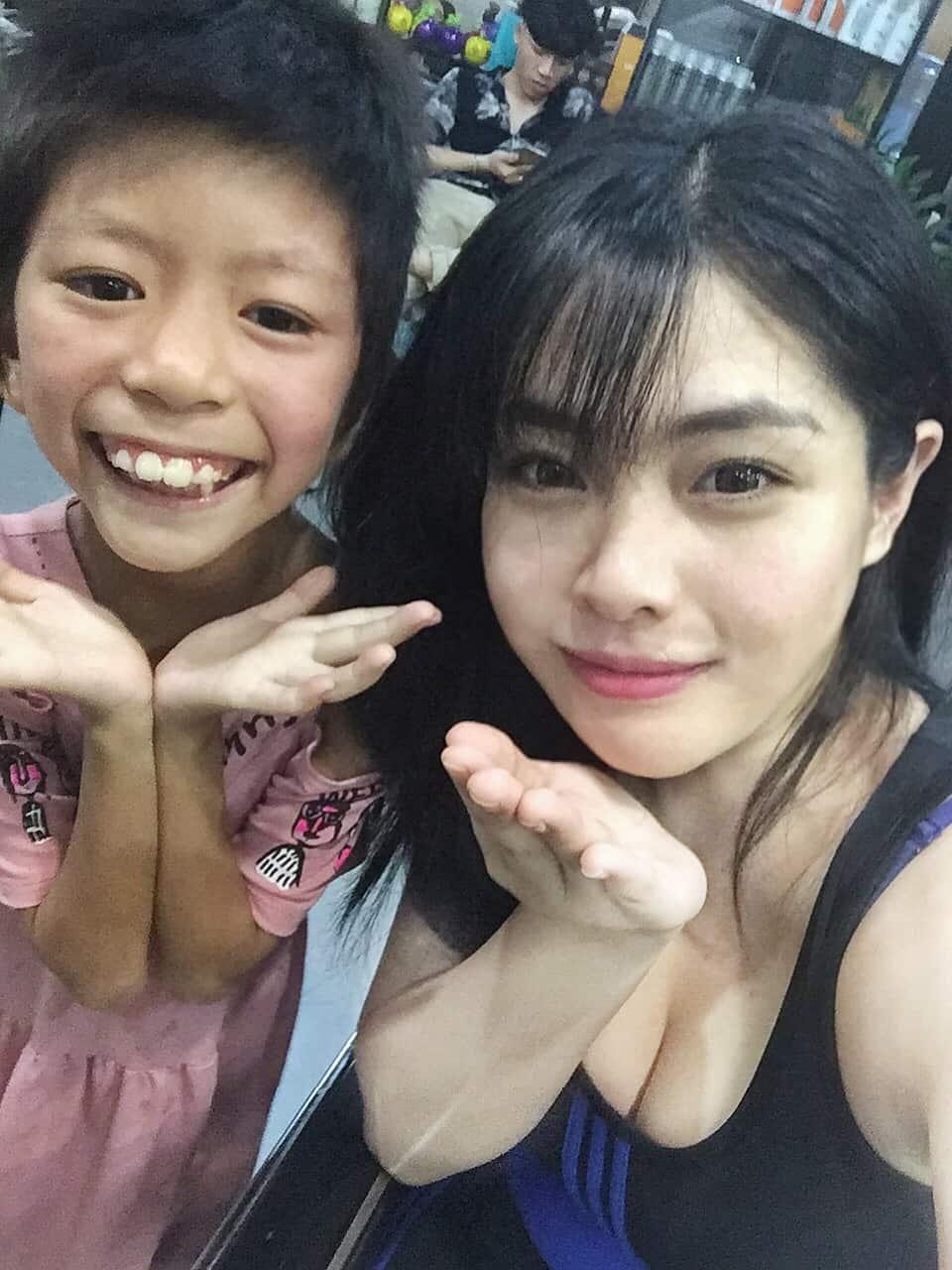 Cô giáo 9x nhận nuôi bé gái lở loét: 'Con chỉ ước ngày được 3 bữa cơm ăn'