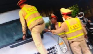 Xôn xao clip CSGT trèo lên nắp ca pô để chặn ô tô vi phạm