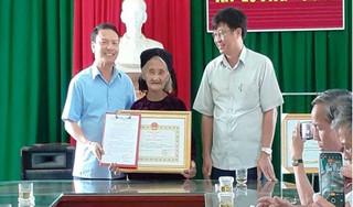 Cụ bà 83 tuổi xin thoát nghèo được tặng bằng khen