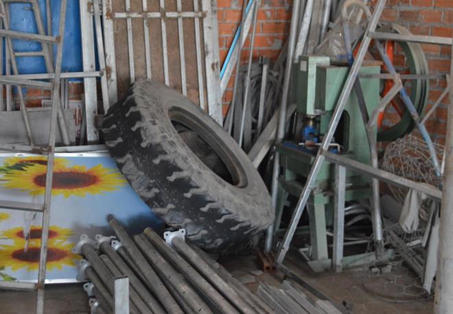 Sau tiếng nổ, lốp xe ben văng trúng công nhân hàn xì bên đường