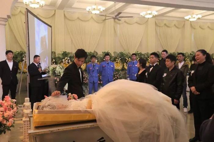 Chú rể làm đám cưới trong tang lễ của cô dâu khiến ai cũng rớt nước mắt