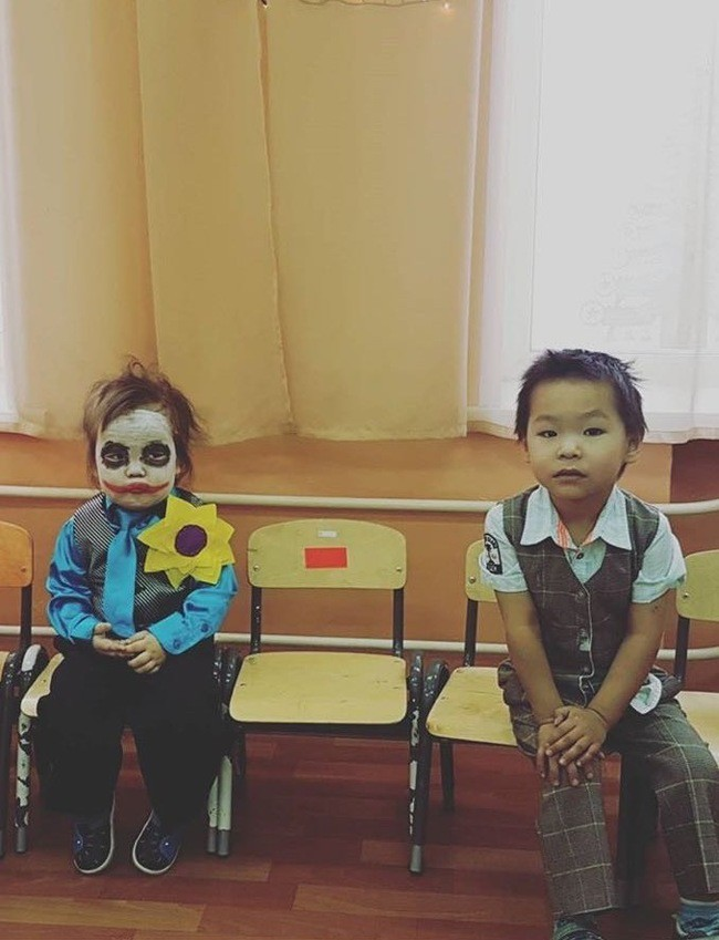 Hóa trang thành Joker, em bé gây sốt với biểu cảm hoang mang