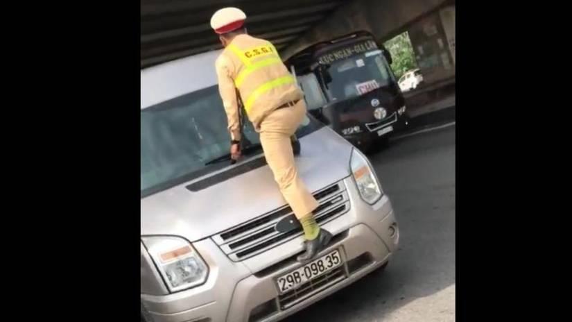 Vụ CSGT nhảy lên đầu ô tô, túm cần gạt nước: Tài xế bị phạt nặng