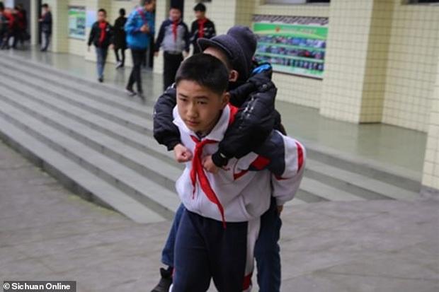 Nhóm nam sinh cùng nhau đưa cậu bạn khuyết tật phải ngồi xe lăn đến lớp mỗi ngày