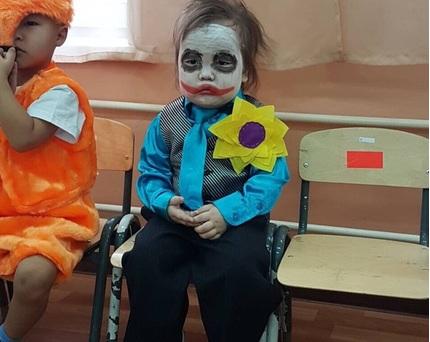 Hóa trang thành Joker trước lễ Halloween, em bé gây 'sốt' với biểu cảm hoang mang