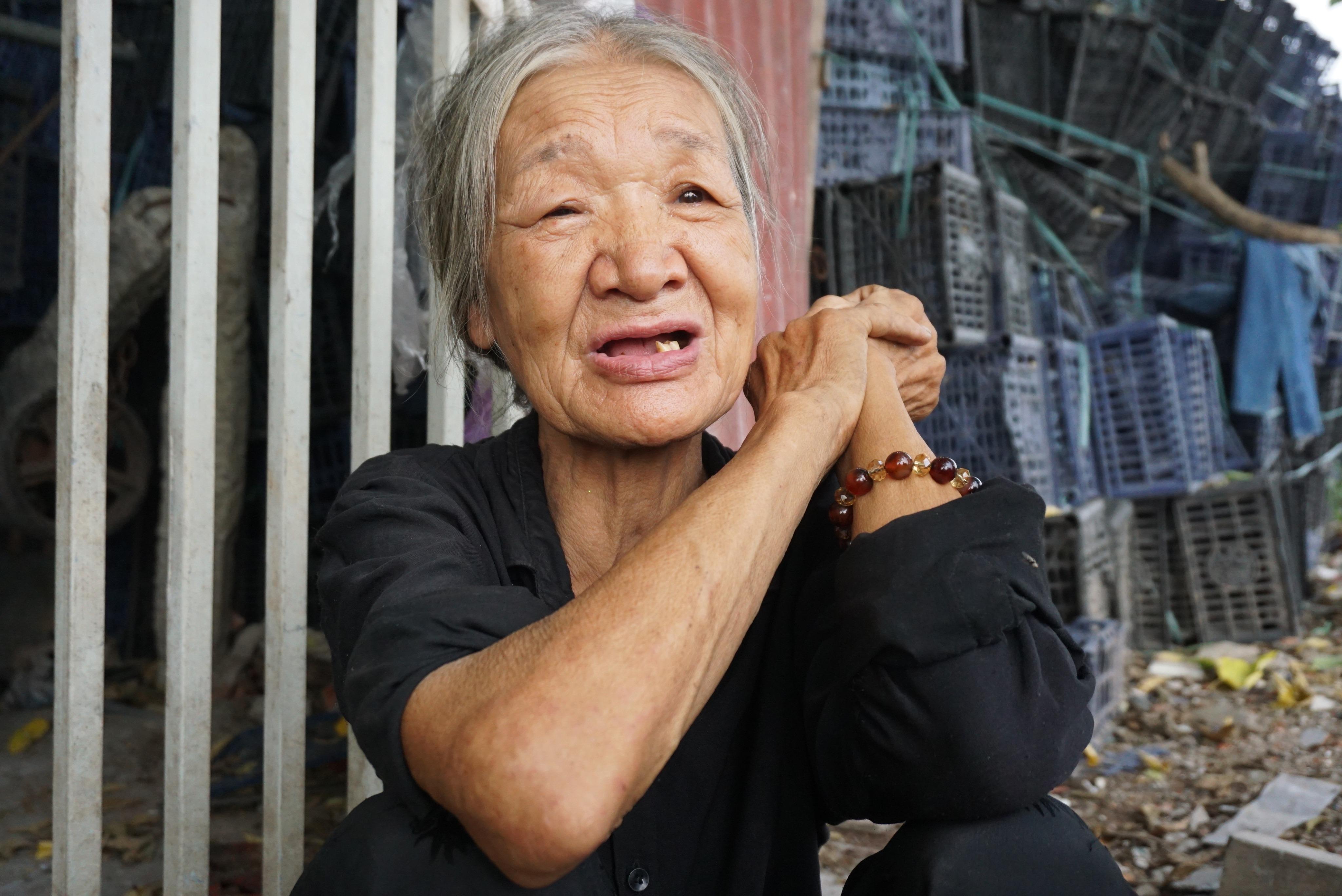Xót xa cụ bà 73 tuổi ở lều nát, nhường chỗ ngủ cho con trai điên dại