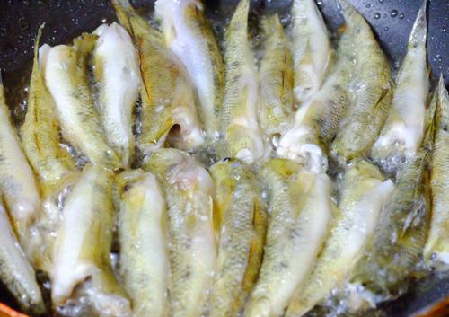 Gió mùa về, làm cá bống kho tiêu đơn giản mà ăn ngon hết veo nồi cơm2