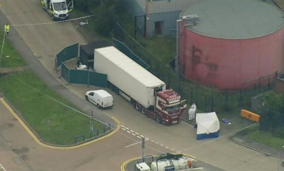 Cảnh sát kiểm tra chiếc xe tải màu trắng chứa 39 thi thể - Ảnh: GUARDIAN