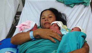 Sản phụ sinh thường liền lúc 3 em bé chỉ trong 10 phút