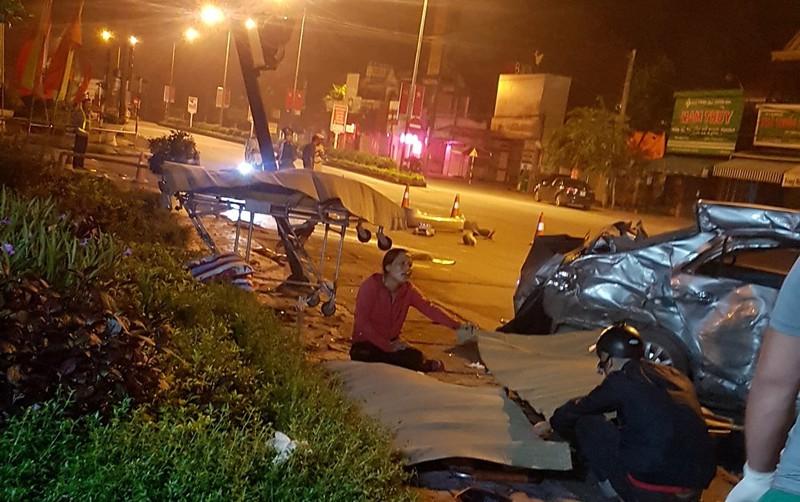 Clip xe khách tông xe con, 3 người tử vong ở Nghệ An
