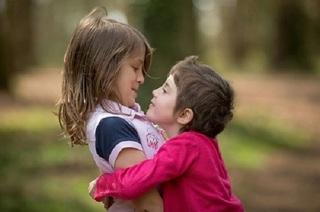 Hành động nhỏ của chị gái khiến em trai cả đời đền đáp