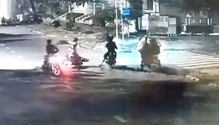 Đôi nam nữ bị dàn cảnh tấn công, cướp xe máy