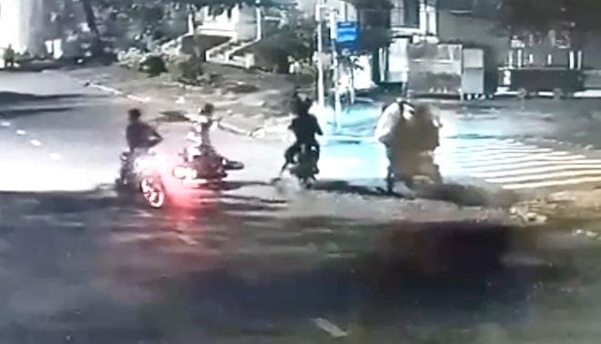 Đôi nam nữ bị nhóm cướp tấn công, cướp xe máy