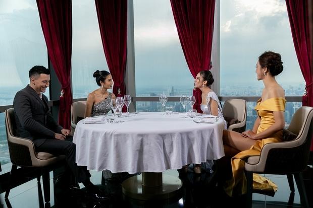 Khán giả ném đá khách Tây trong Hoa hậu Hoàn vũ vì cư xử bất lịch sự với thí sinh