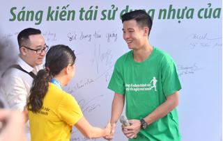 Bùi Tiến Dũng chia sẻ cách tuyển Việt Nam xử lý chai nhựa để bảo vệ môi trường