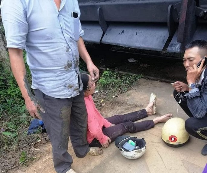 Bé 3 tuổi thoát chết thần kỳ sau vụ tai nạn tàu hoả tông xe máy