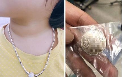 Bé trai 2 tuổi suýt chết vì đeo dây chuyền: 4 rủi ro có thể gặp khi cho trẻ đeo trang sức