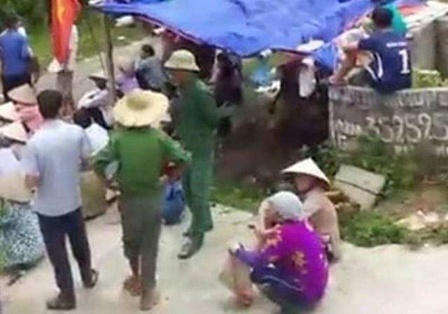 Khởi tố 10 phụ nữ vây xe công an, chống người thi hành công vụ