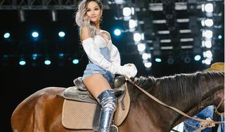 H'Hen Niê hết cưỡi ngựa lại ngồi trên xe phân khối trên sàn catwalk