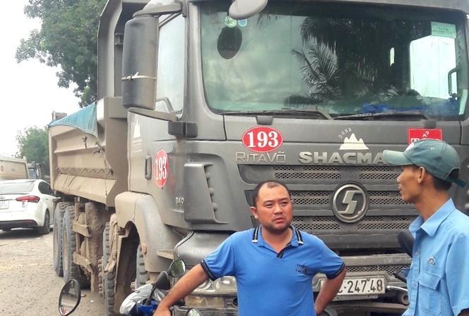 Đâm vào nam sinh, tài xế xe ben bị vây kín khi bỏ chạy