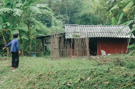 Cả 2 mẹ con chị Hai đều bị bệnh tâm thần sống trong túp lều lụp xụp nằm ở chân núi cách biệt với thế giới bên ngoài.