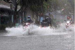 Bão số 5 suy yếu khi vào đất liền, nhiều tỉnh miền Trung mưa lớn