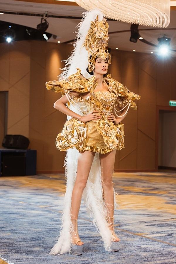 Võ Hoàng Yến chê  phong cách catwalk Hoàng Thùy thiếu lửa