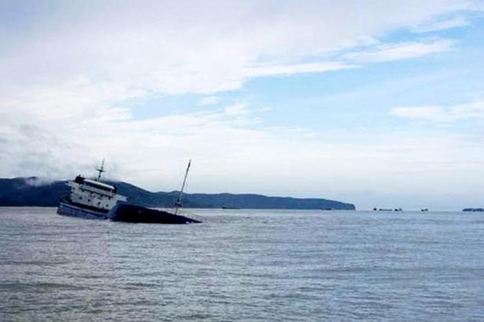 Tàu Thành Công 999 chở 12 người bị chìm trên biển