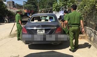 Mercedes C200 bị đập phá, có vết máu bất thường bỏ lại ven đường