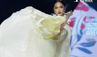 Hoa hậu Hương Giang thần thái đỉnh cao trong vai trò vedette