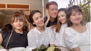 Vợ chồng Trường Giang-Nhã Phương tình cảm khi chụp ảnh cùng bạn bè