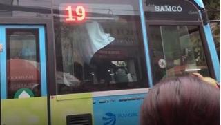 Tài xế xe buýt và lái xe Grab chốt cửa đánh nhau sau va chạm bị xử lý thế nào?