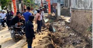Tường nhà dân đổ sập lúc đào mương, 2 người thương vong