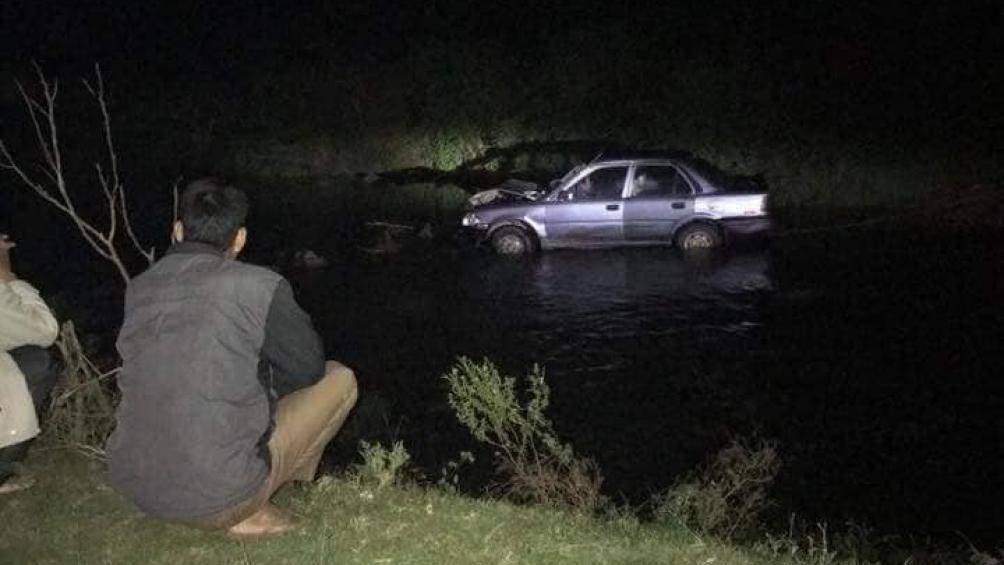Sau khi gây tai nạn, tài xế tháo BKS bỏ lại xe và người bị thương dưới suối
