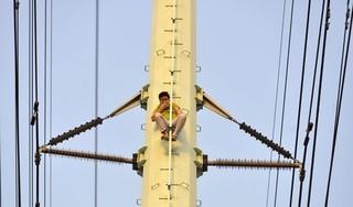 """Cận cảnh """"giải cứu"""" thanh niên nghi ngáo đá trèo lên cột điện cao thế"""