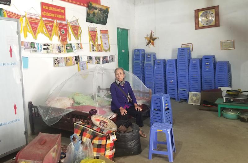 Hơn 2 tháng nay bà Minh phải dọn ra nhà văn hoá để ở