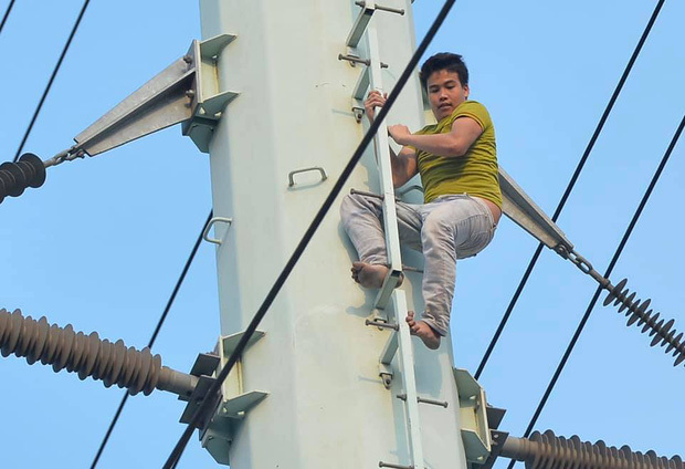 Nam thanh niên trèo lên cột điện cao thế, ngồi cố thủ hơn 2 giờ