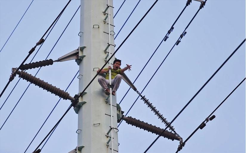 Nam thanh niên trèo lên cột điện cao thế, ngồi cố thủ hơn 2 giờ 2