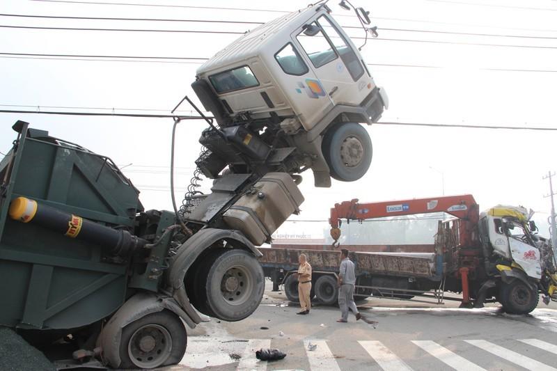 Lái và phụ xe ben mắc kẹt trong cabin chổng lên trời sau cú va chạm cực mạnh