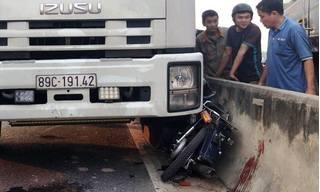 Ba nữ sinh ở Quảng Nam bị hất bay khỏi xe máy sau cú va chạm với xe tải