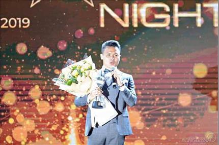 CĐV Thái Lan bất phục khi Quang Hải vượt Chanathip giành giải thưởng danh giá