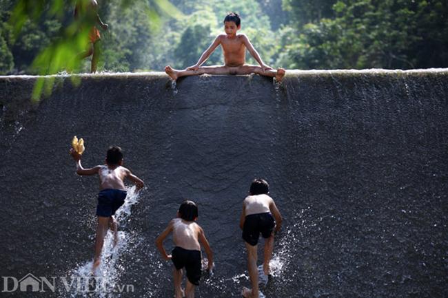 Hình ảnh người vùng cao tắm tiên, thỏa thích vùng vẫy dưới suối