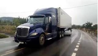 Ô tô 4 chỗ chui vào gầm container, 2 người tử vong