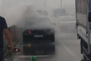 Xe Mercedes bất ngờ bốc cháy ngùn ngụt trên đường trên cao