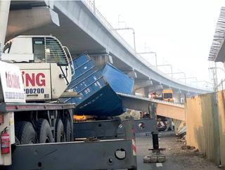 Xe container vướng gầm rồi kéo sập cầu bộ hành ở TPHCM