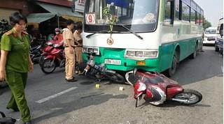 Xe buýt cuốn hơn 10 xe máy đang dừng chờ đèn đỏ